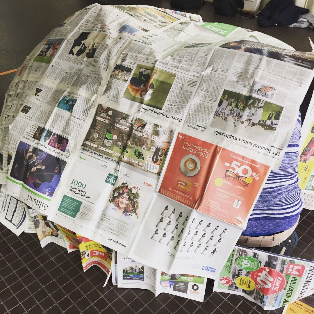 Tässä-piti-rakentaa-sanomalehdistä-ja-teipistä-maja-jonne-koko-porukka-mahtui.